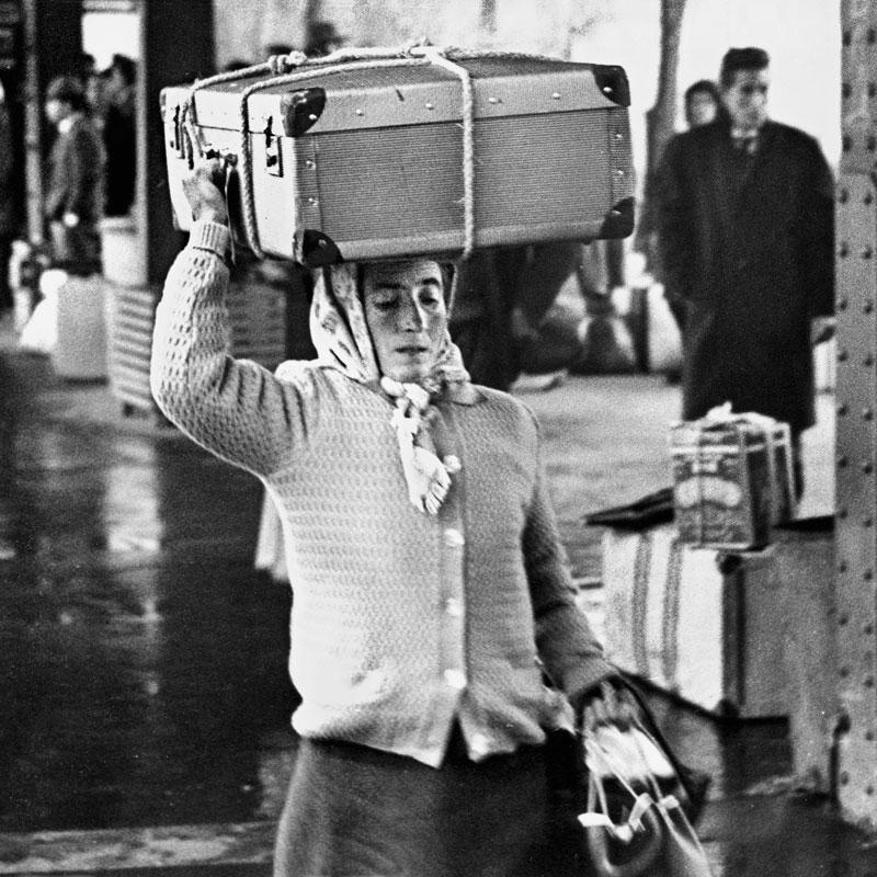 Gastarbeiterin mit Koffer auf dem Bahnsteig Köln-Deutz,1964 - Foto Wolfgang Haut